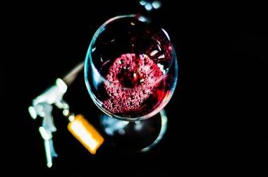 """Картина, постер, плакат, фотообои """"лить красное вино в бокале, празднование момент с бокалом вина, изысканный ликер для гурманов, винзавод"""", артикул 205793192"""