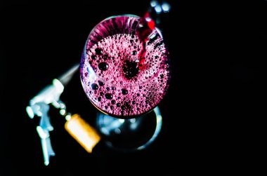 """Картина, постер, плакат, фотообои """"лить красное вино в бокале, празднование момент с бокалом вина, изысканный ликер для гурманов, винзавод"""", артикул 205793320"""