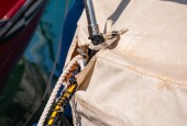 Dockklemme an der Seite eines Bootes in einem kleinen Yachthafen, ein Element der Yachtausrüstung, Sicherheit