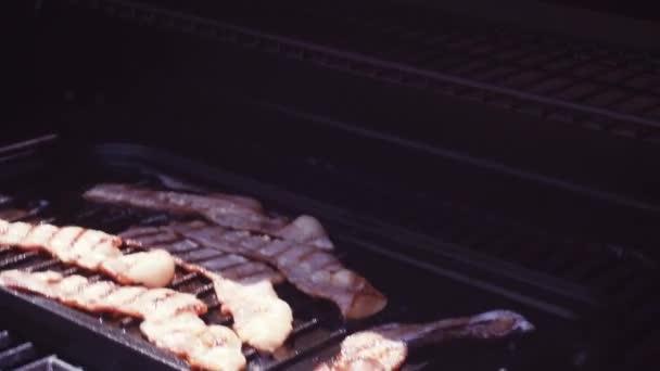 Pfanne Für Gasgrill : Grillen speck streifen auf gusseisen bratpfanne outdoor gas grill