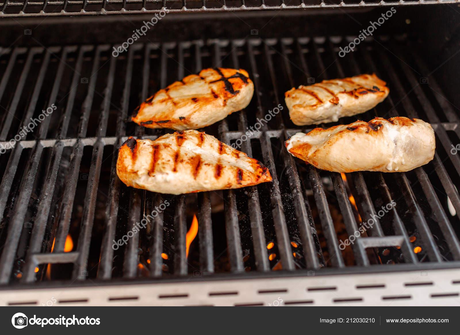 Chicken Gasgrill : Bio huhn auf outdoor gas grill grillen u2014 stockfoto © urban light