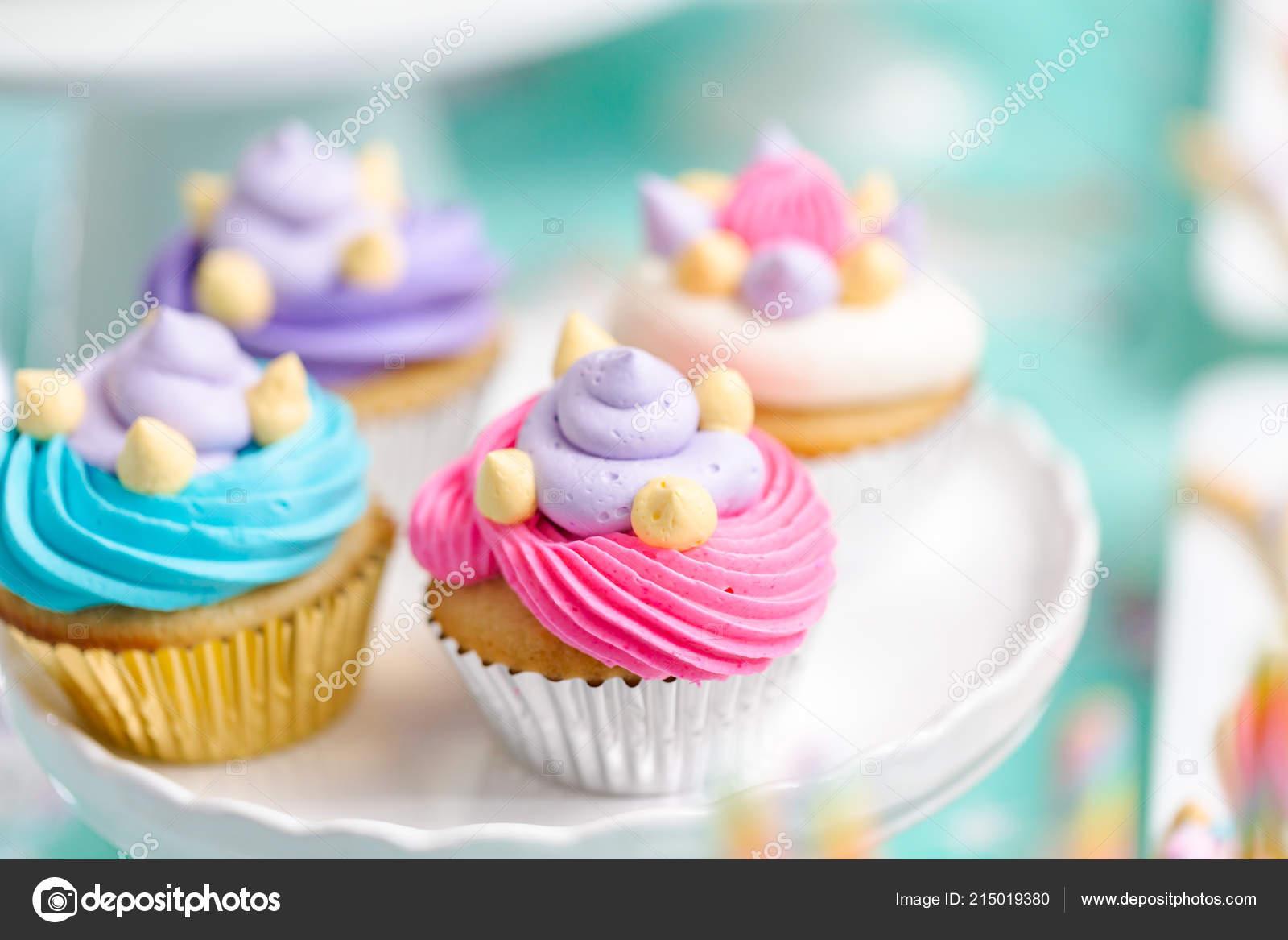 Buntes Einhorn Cupcakes Bei Kleinen Madchen Geburtstag Feiern
