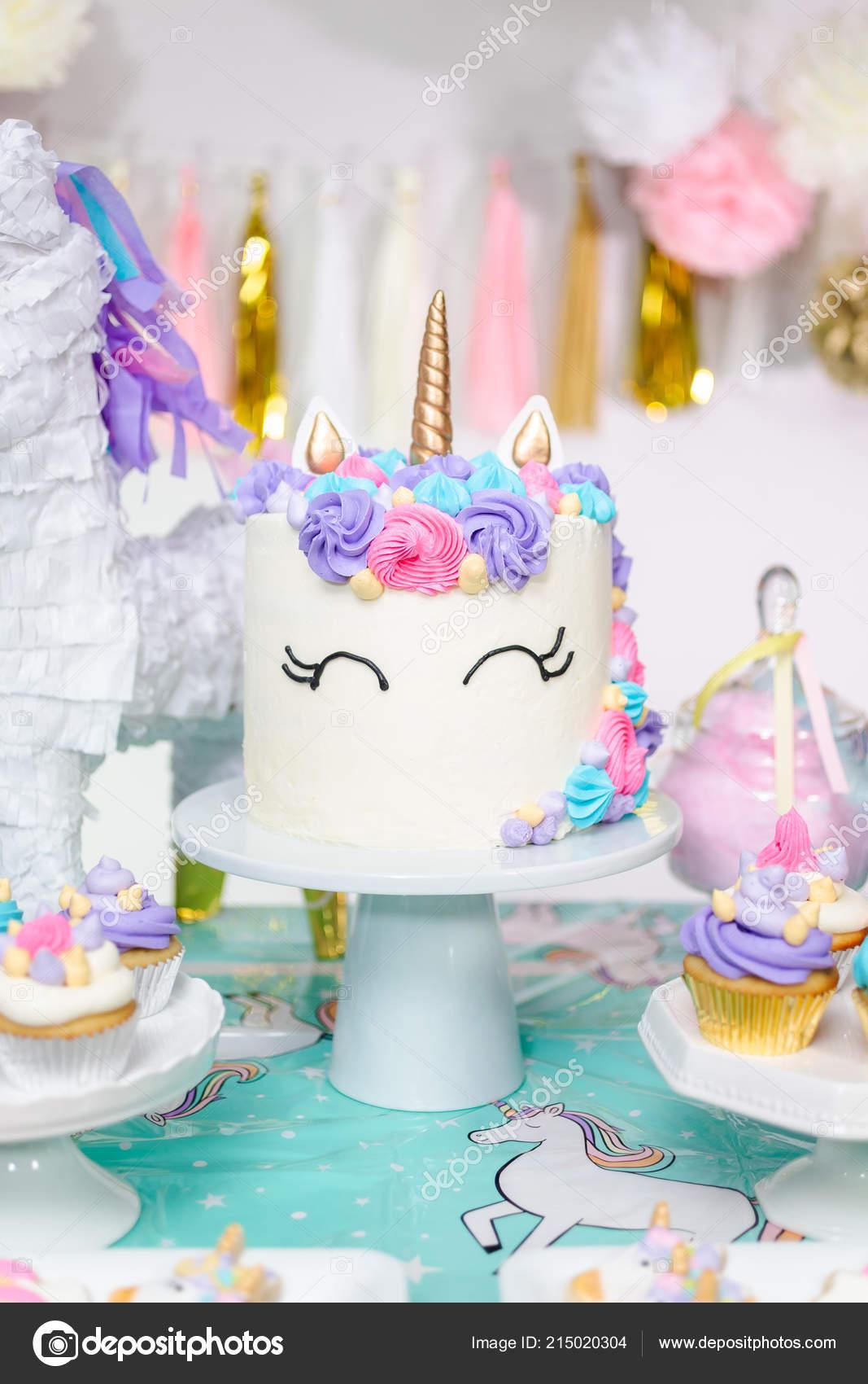Kleinen Madchen Geburtstag Party Tisch Mit Einhorn Kuchen Muffins