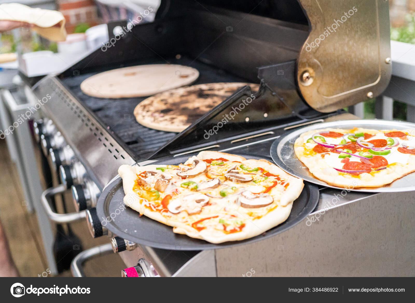 Menyiapkan Pizza Yang Dipanggang Secara Individual Atas Panggangan Gas Luar Stok Foto C Urban Light 384486922
