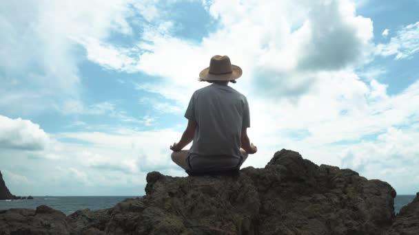 Mädchen meditiert am Meer
