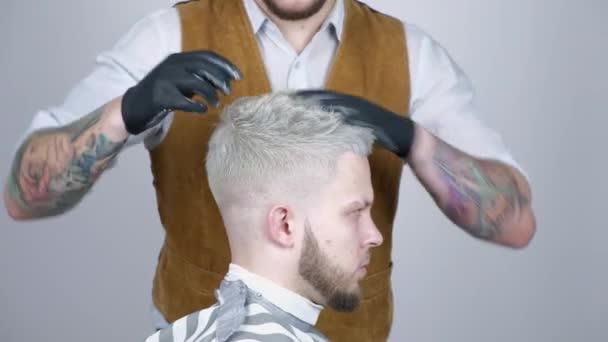 Mokry Mężczyzna Fryzur Zbliżenie Fryzjer Fryzjerstwo Męskie Głowy Fryzjer Fryzura Robi Męskie Fryzury