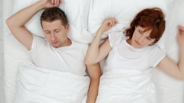 Horkolás a fuldokló ember ki hangos felébredés felesége fel a zajos éjszaka, és ő közel a fülét a párna. Nézd meg felülről