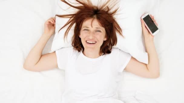 Lacheln Sie Teenager Madchen Im Bett Fotografieren Mit Dem Handy