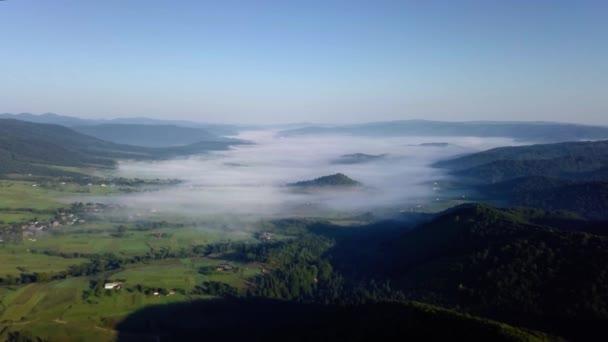 Drone felvételeket légifelvételek: Repülés alatt őszi hegyi falu erdők, mezők és napkelte lágy fény folyó