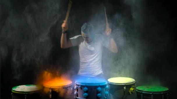 Bubeník hraje prášek holi bubnu