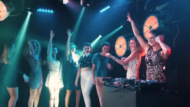 Gyönyörű DJ Girl fellépő emberek táncoló a háttérben