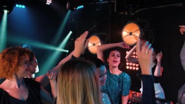 Éjszakai klub DJ party az emberek élvezik a zenét táncoló hang.