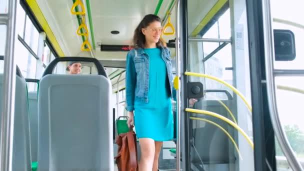 Mladý šťastný pár pasažéři se těší veřejné dopravy výlet při chůzi v moderní tramvajové