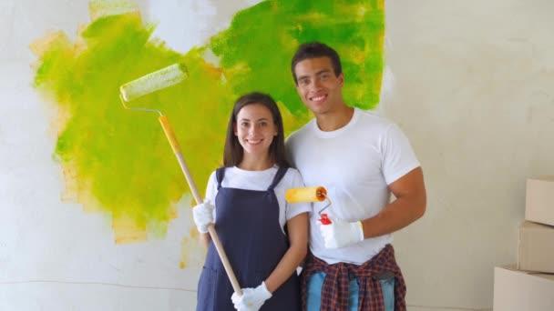 se smíchem pár malba jejich dům zelené představují dohromady před půl skončil zeď s klecemi a vany barvy.