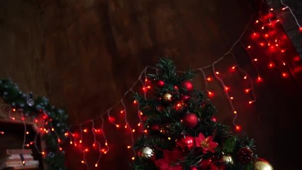 Egy nagy karácsonyfát gyönyörű piros és narancssárga golyókkal díszítenek..