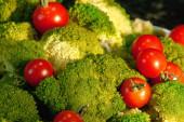 Třešňová rajčata a zelená brokolice. Krásný zeleninový život pro billboardy.