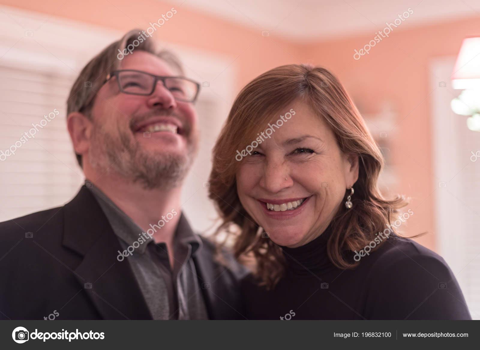 bc29c7e427fb5 Feliz Sonriente Pareja Riendo Divirtiéndose Fiesta Amigos — Fotos de Stock
