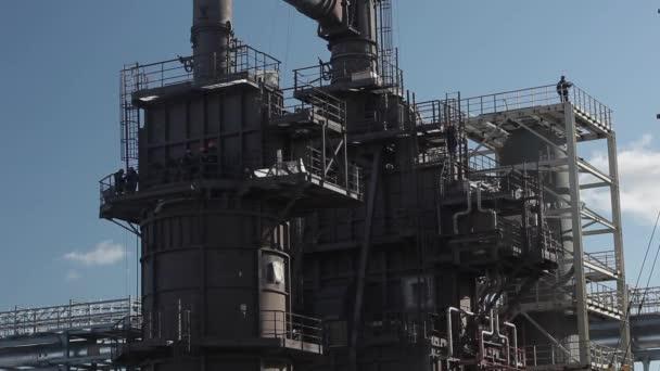 Průmyslová zóna ropné rafinerie s pracovníky