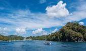 Plachetnice v malé zátoce v Caribicu