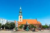 Berlín, Německo - 6. června 2018: Neptunovy kašny s St Marys Church (Marienkirche) na jedné straně je nejstarší pracovní fontána v Berlíně navrhl architecht Karl Friedrich Schinkel v roce 1845