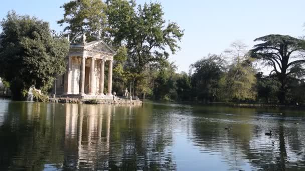 der tempel des aesculapius am see in der villa borghese in rom