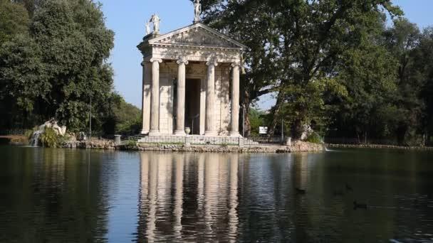 Der Tempel des Äskulap auf dem See in der Villa Borghese in Rom