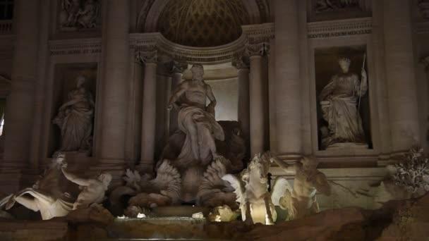 Blick auf den berühmten Trevi-Brunnen in Rom bei Nacht.