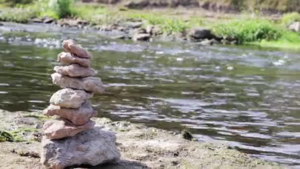 Uzavření stohu kamenů v dokonalé rovnováze je úspěšná práce skládané kameny, vyvážení rock nebo vyvážení kamene skládané kameny u řeky