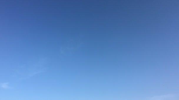 Fehér felhők eltűnik a forró nap a kék ég. Gyorsított mozgás felhők kék ég háttér. Kék ég. Felhők. Kék ég, fehér felhők és a nap.