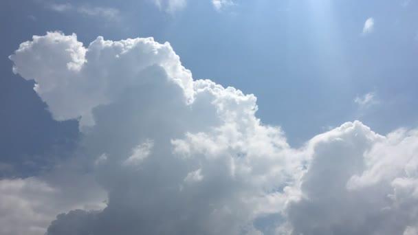 Bílé mraky zmizí v horkém slunci na modré obloze. Time-Lapse pohybu cloud modrá obloha pozadí. Modrá obloha s bílé mraky a slunce.