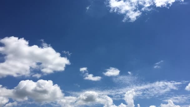 krásné mraky s modrým nebeským pozadím. Obloha s mraky počasí se modře mračí. Modrá obloha s mraky a sluncem