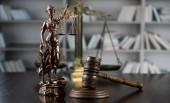 Dřevěná Palička a themis s váhy spravedlnosti