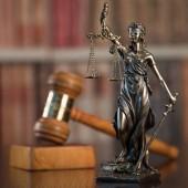 hölzerne Hammer und Skulptur der blinden Themis halten leere Waage Waage, mythologische Göttin, Symbol der Gerechtigkeit