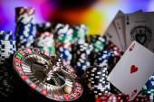 sfondo di casinò, poker chip e carte sul tavolo da gioco, ruota della roulette in movimento