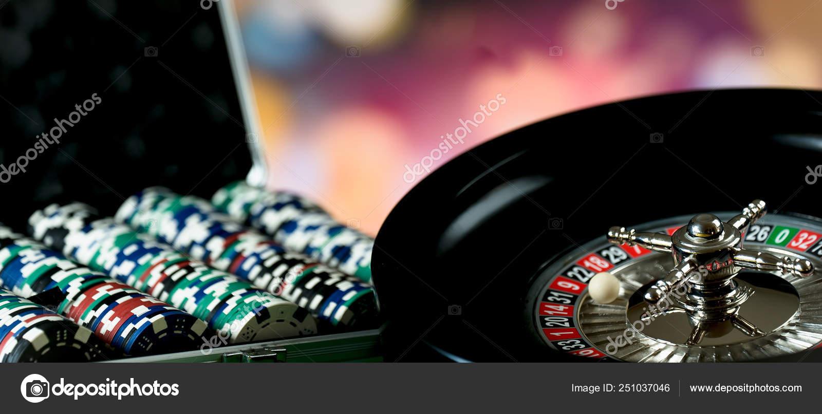 Latar Belakang Kasino Poker Chips Meja Judi Roda Roulette Bergerak — Stok  Foto © AerialMike #251037046