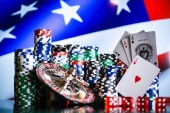 Close up di colorate chip di gioco di poker e carte