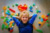 roztomilý malý chlapec rád si hraju s plastovými bloky