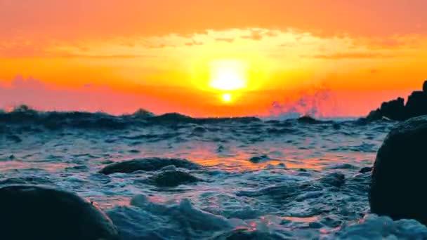 Nagy kék durva óceán szörfözés hullámok lassan Splash, Crash, Break. Gördülő trópusi Thaiföld strand.