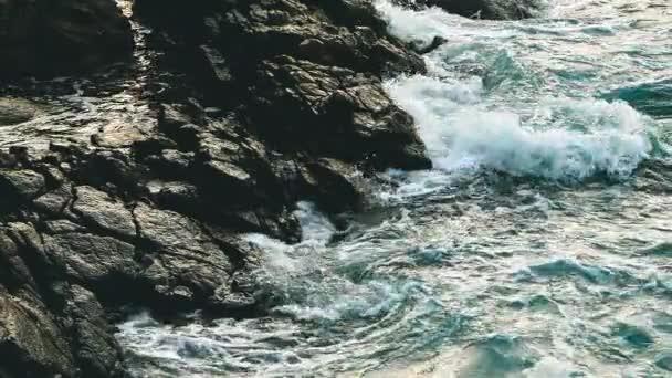 Nagy kék durva óceán szörfözés hullámok lassan Splash, Crash, Break. Gördülő trópusi Thaiföld tengerparton. Suncet közeli.