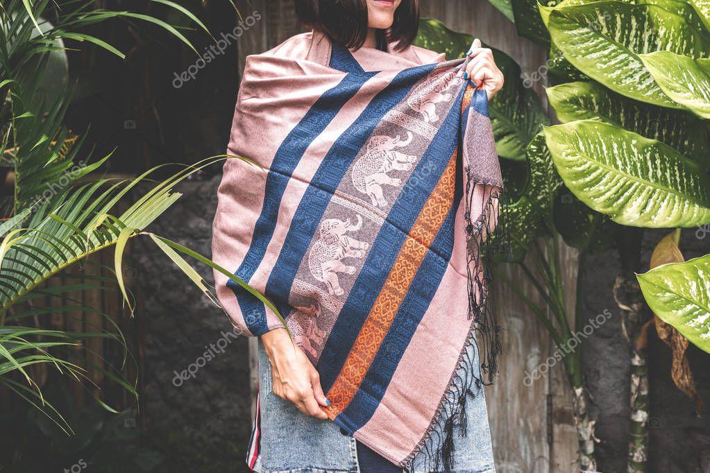 2fada92adbe Žena nosí teplý kašmírový šátek na tropické pozadí — Stock Fotografie ©  belart84  229248768