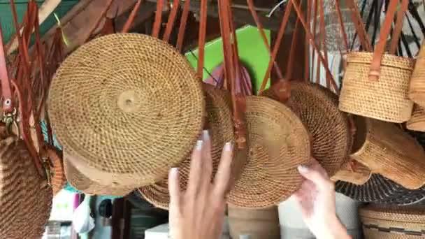 Nő választott rattan öko-táskák-art Shop-Bali szigetén, Indonézia. Nő stílusos öko táska.