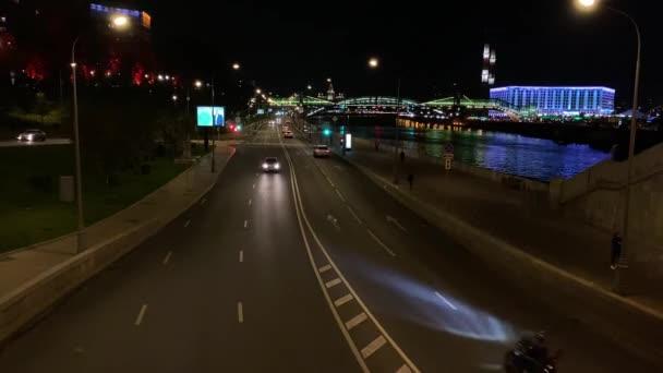 MOSKAU, RUSSLAND - 30. SEPTEMBER 2020: Nachtverkehr in der Stadt.