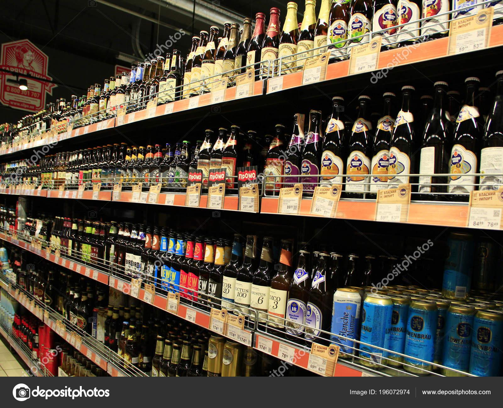 Tschernihiw Ukraine März 2018 Alkoholische Getränke Den Regalen Des ...