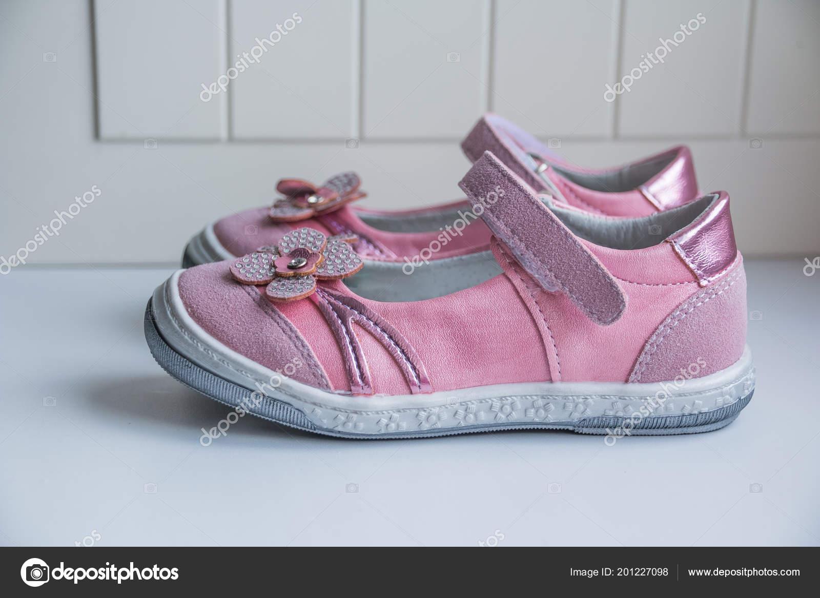 eaa34d32774 Πέδιλα Ροζ childs απομονωμένα σε λευκό. Ένα ζευγάρι των ροζ μικρό κορίτσι  σανδάλια. Χώρο αντίγραφο — Εικόνα από ...