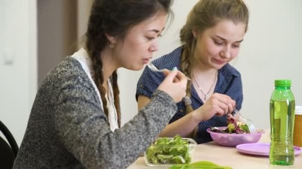holky stravy zdravé výživy jíst salát chatování