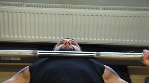 sportovní fitness tělocvičně cvičení sportovec muž benchpress