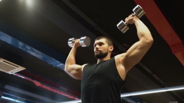 sportovní fitness tělocvičně cvičení muž paže svaly činka