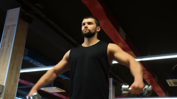 posilovací fitness cvičení muž svaly činka