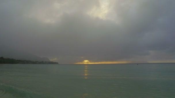 Západ slunce na pláži Beau Vallon, Ostrov Mahé, Seychely