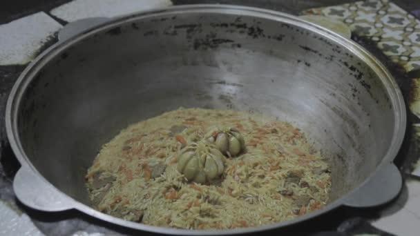 A szakács teszi a tányérba a kész étel, pilaf,